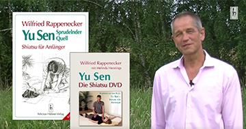"""Wilfried Rappenecker mit seinem Buch """"Yu Sen Sprudelnder Quell"""""""