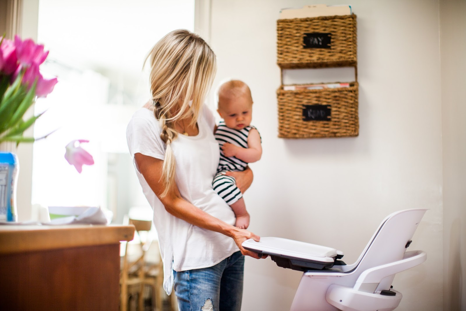4moms high chair accent for living room uses magnets to simplify parenting