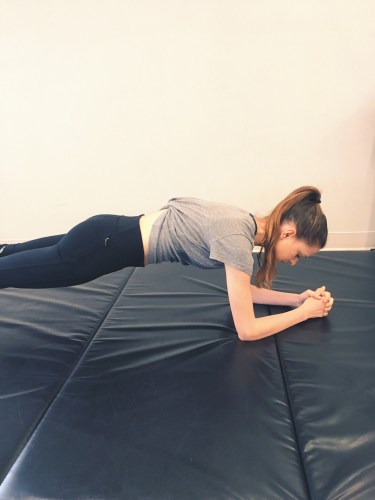 Common exercise mistakes: plank with hands clasped