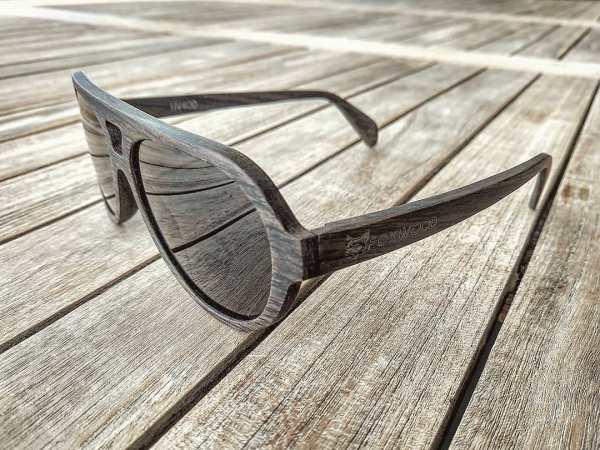 Foto van rechtervoorkant van houten zonnebril Blackbird van merk foxwood op houten ondergrond