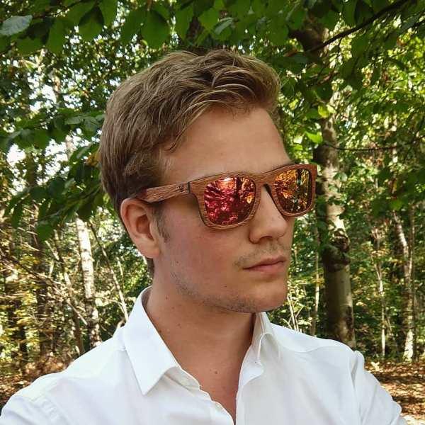Foto van van houten zonnebril Explorer van merk foxwood die gedragen wordt door knappe man