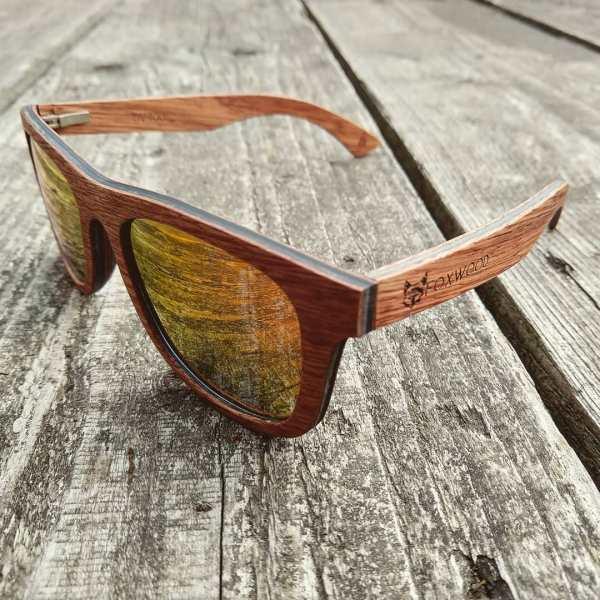 Foto van van houten zonnebril Explorer van merk foxwood op houten tafel
