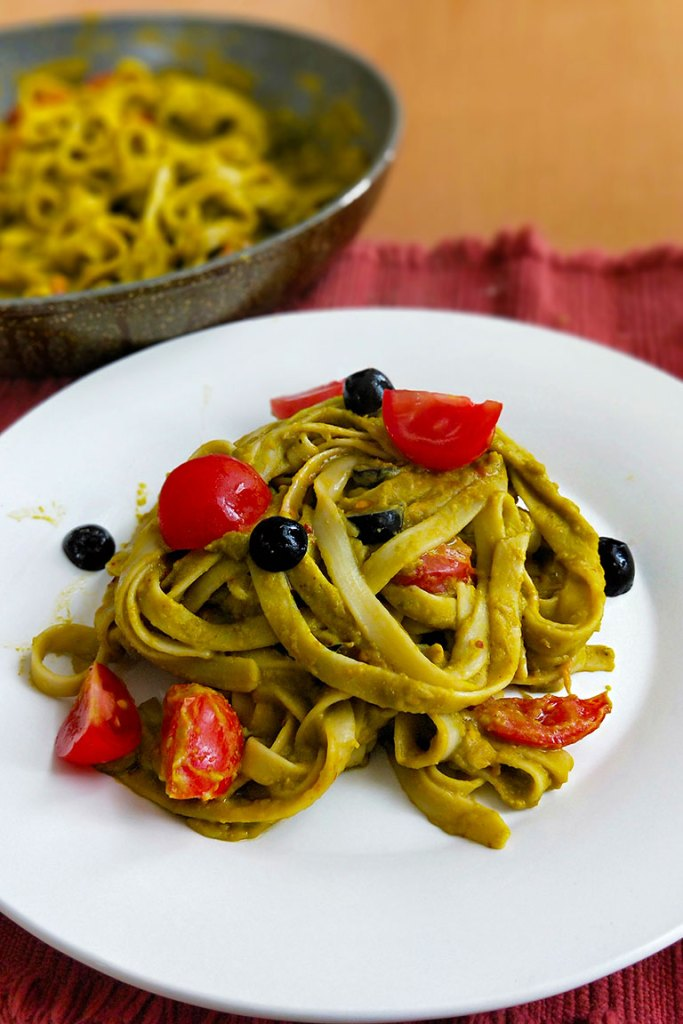 Roasted bell pepper and spinach pasta