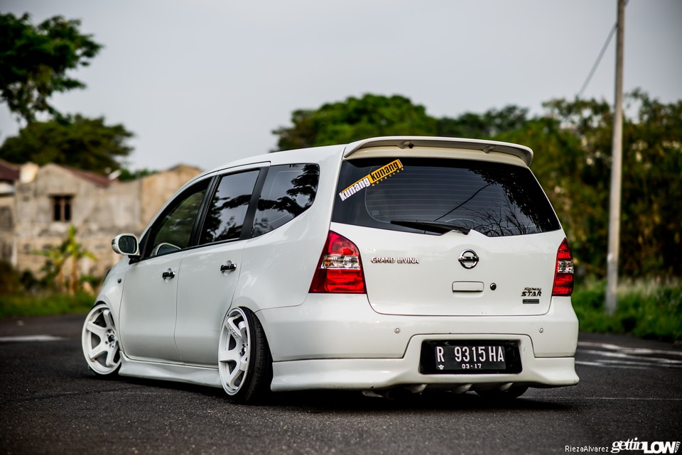 GETTINLOW  Okys 2011 Nissan Grand Livina