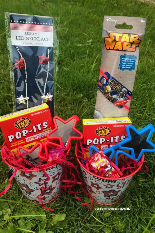 Kid friendly fun patriotic party favors to make for a birthday party, July 4th BBQ, school PTO party, or crafts. #boymom #girlmom #diycrafts #patriotic