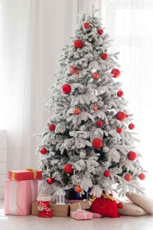 Christmas tree with ornaments and presents! How to decorate the Christmas tree and make it special.