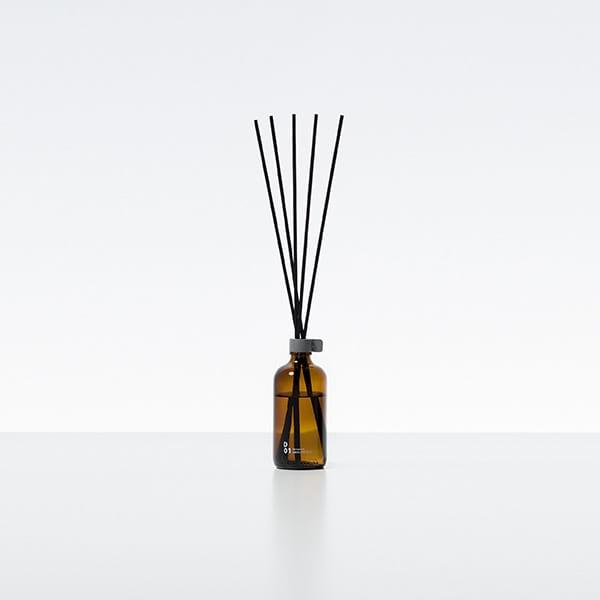 Stick diffuser GEURDESIGN maak gebruik van rieten takken die de aroma's uit de flessen langzaam absorbeert en afgeeft aan de omgeving. Geursysteem