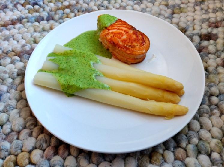 Zalm met asperges en zeekraal