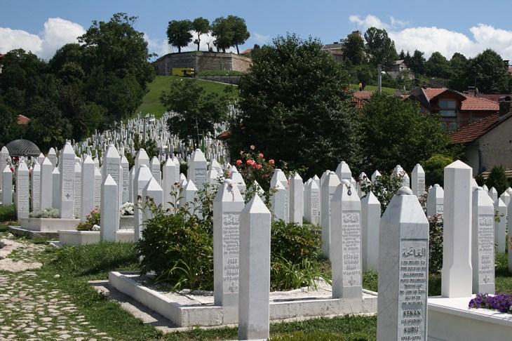 Aliya İzzetbegoviç'in de mezarının bulunduğu Kovaçi Şehitliği