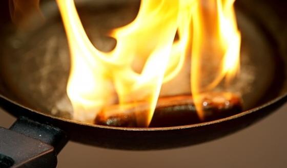 Frietketel of pan in brand Nooit met water blussen  gezondheidbe