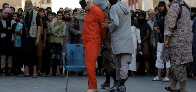 ISIS terrorists behead two Syrian soldiers captured during clashes near Raqqa