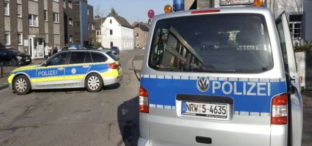 Imigrant robber takes 2 bank workers hostage after a robbery at a bank in Duisburg