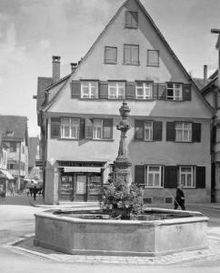 Der Schadenhofbrunnen. Um 1930