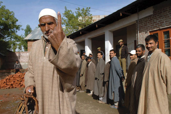 kashmiri-people-voting-at-polling-booth