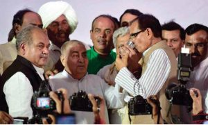 Shivraj-Singh-Chouhan-breaking-his-28-hour-fast