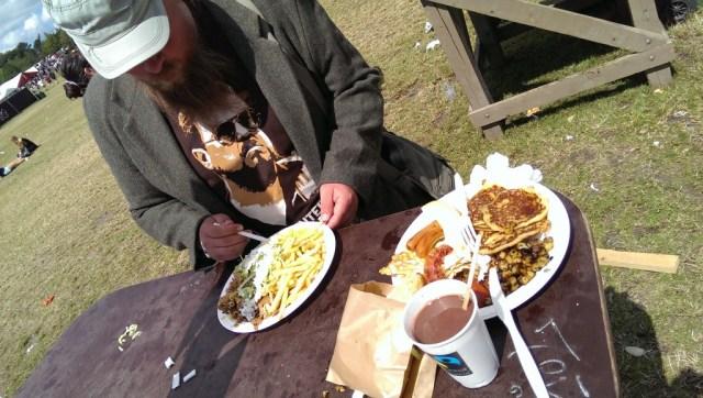 Chefredaktørens mad til højre i billedet, mens det unavngivne redaktionsmedlem indtager sin kebabmix