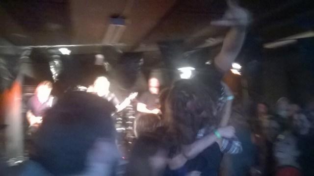 Forsøg på crowd surfing + forsøg på mobilfoto + tung metal = udtværet kaos