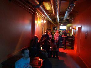 Der er mulighed for at købe lidt mere lukseriøst øl i Bar 2, nede af gangen