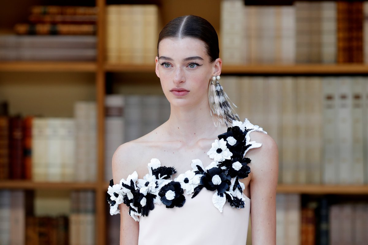 Lagerfeld successor brings demure librarians to Chanel catwalk | GG2