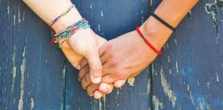 Symbolbild: Mädchen beim Händchenhalten