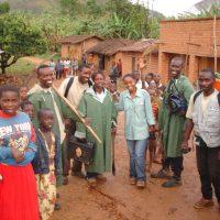 Burundi_MinenraeumerInnen in einem Dorf