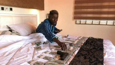 Photo of Shatta Wale – 5:30 in the morning and am counting all this cash