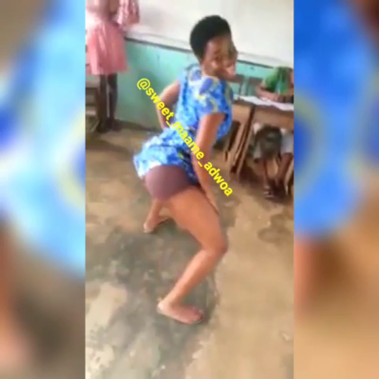 Student Twerks N Remove Uniform whiles Twerking To Medikal's Wrowroho In Class