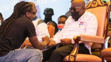 Photo of Sorry Bro – Samini Stopped By Bodyguards From Raising Akufo-Addo's Hand – Video Is Trending