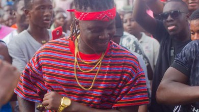 Photo of Wisa gifts GH¢1000 to dancers on video shoot set in Labadi