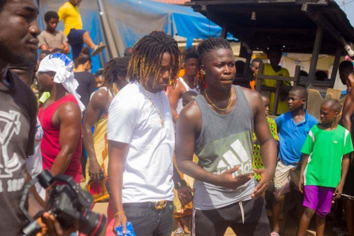 Wisa gifts GH¢1000 to dancers on video shoot set in Labadi