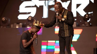 Photo of Amakye Dede's manager clarifies Highlife crown fuss