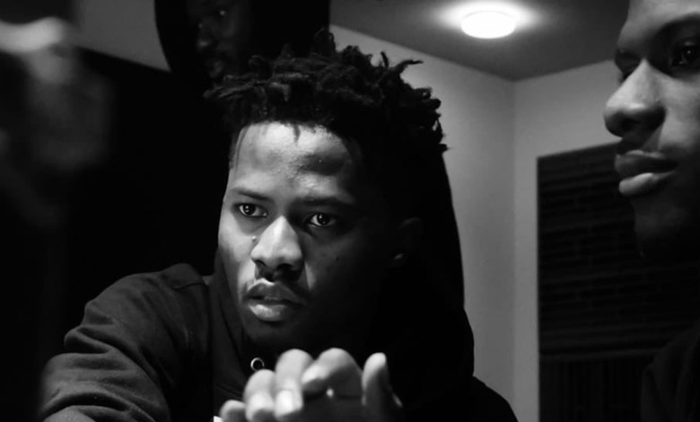 Photo of Kwesi Arthur indulges fans to report a verified fake facebook account in his name