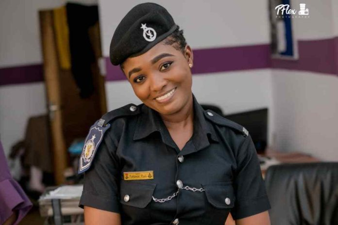 POLICE LADY 5 696x464 - Beautiful Photos of a policewoman warming hearts on the internet