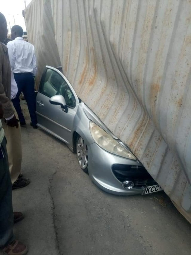 car1 - Container falls on a mother's car moments after she stepped out with her baby. (photos)