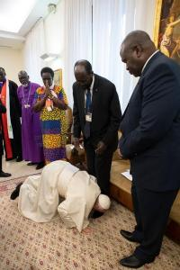 pope francis and sudanese president1 - Pope Francis kisses the feet of Sudanese President in a bid to maintain peace (Photos)