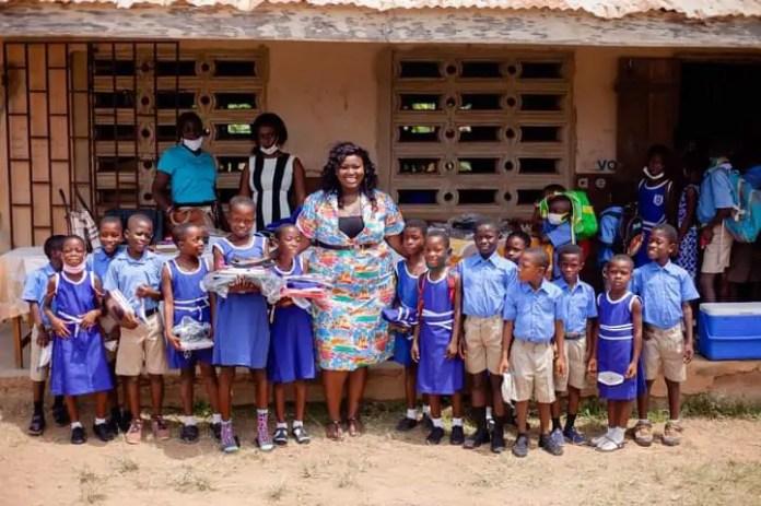 Gloria Lardi, a teacher provides bags, uniforms, and shoes for the students. (PHOTOS). 3