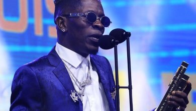 Photo of Are you sure you won't come back for the phone later when I offend you? – McBrown asks Shatta Wale after accepting gift from him