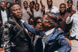 Stonebwoy reacts to Shatta Wale's gesture of gifting him an award