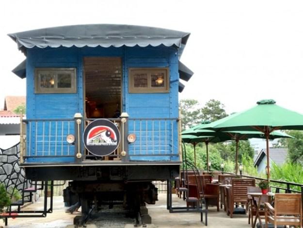 Dalat Train Villa (Quang Trung) với thiết kế quán như toa tàu lạ lẫm, ấm cúng. Ảnh: Facebook của quán.
