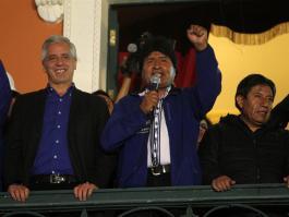 Il Presidente boliviano Evo Morales (al centro), assieme al suo vice Alvaro Garcia Linera (a sinistra) e il ministro degli esteri David Choquehuanca (a destra). Fonte immagine: EPA