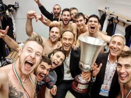 Perugia festeggia nello spogliatoio con la Supercoppa in bella vista (fonte immagine: Facebook)