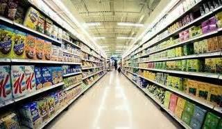 Scaffali pieni di un supermercato
