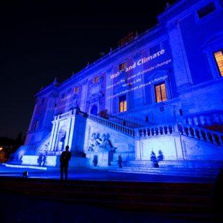 """La Fontana della Dea Roma in Campidoglio, una delle fontane romane illuminate di blu durante il Summit """"Acqua e clima. I grandi fiumi del mondo si incontrano"""""""