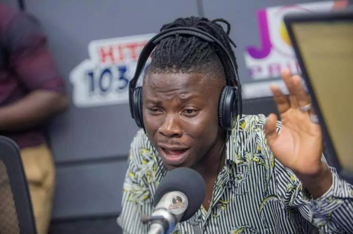 Stonebwoy frowns & rejects fans trying to show him love in Traffic