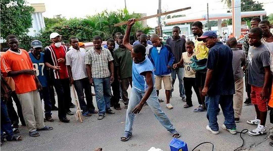 Ejisu residents attack Beninese Spiritualist over the death of a 15yrs girl 2
