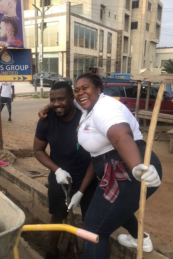 John Dumelo spotted cleaning gutters and sweeping streets to win votes in the upcoming parliamentary elections (PHOTOS) 4