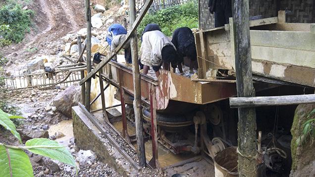 Trong nhà máy rửa này, sỏi đá quý được tập trung và đặt trong thùng phuy.Ảnh của Daniel Nyfeler.