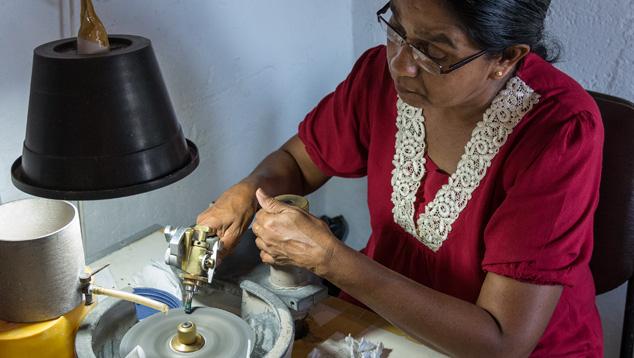 Sri Lanka kết hợp các kỹ thuật truyền thống, mài cắt giác chính xác hiện đại. Kỹ thuật cắt lại có tay nghề cao.Công nhân này đã có hàng chục năm kinh nghiệm cắt và tái chế corundum và chrysoberyl. Ảnh của Andrew Lucas.