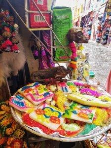 feti di alpaca offerte alla pachamama witches market