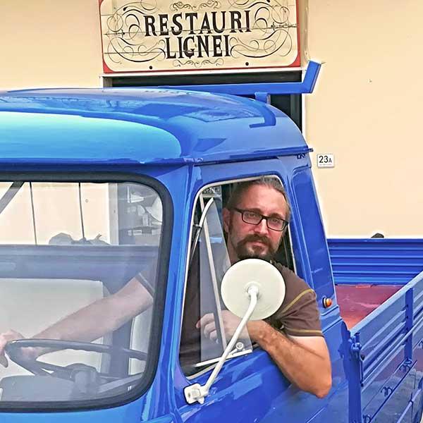 Michele Capperi su un vecchio furgone restaurato davanti allo studio di San Casciano V.P. (Firenze)